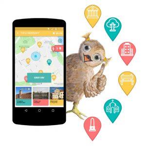 sowa trzyma komórkę, na której widnieje aplikacja Tup Tup po Warszawie