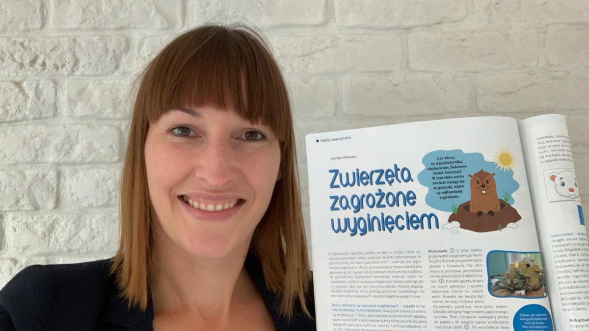 Monika Miłowska trzyma czasopismo Bliżej Przedszkola