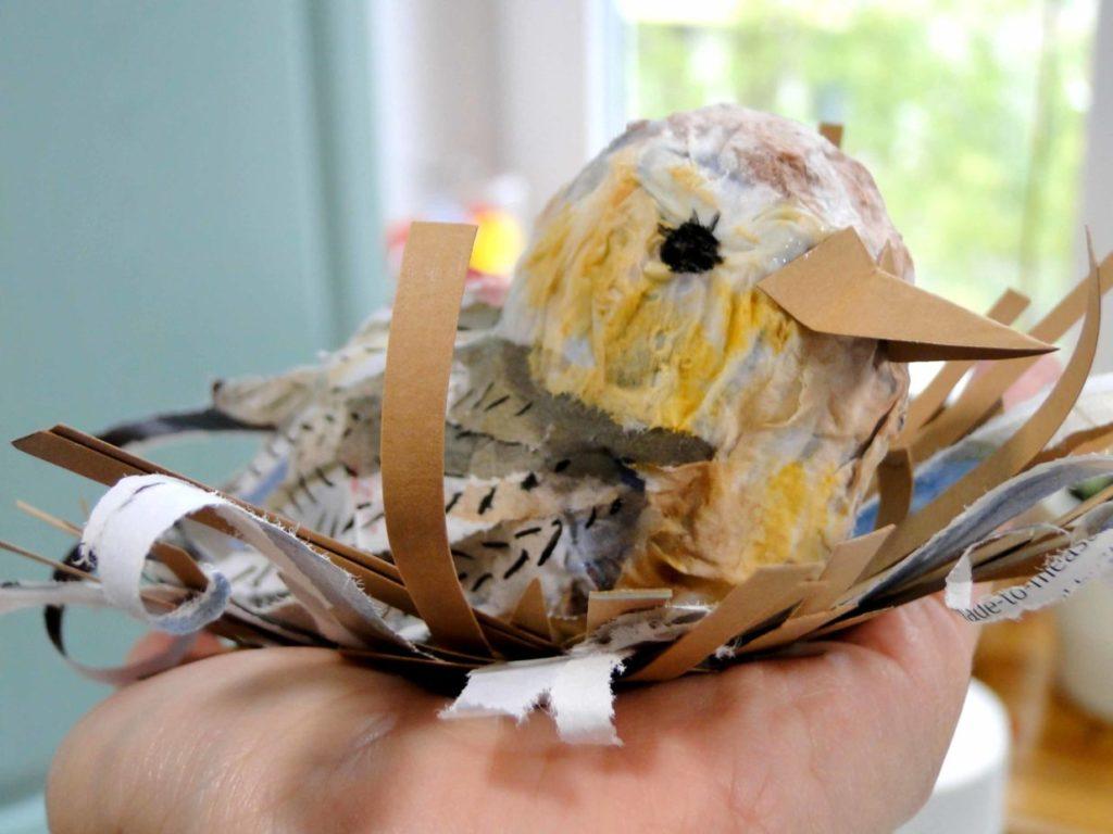 ptaszek z gliny na dłoni